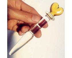 Стеклянный стимулятор с желтым сердечком на конце